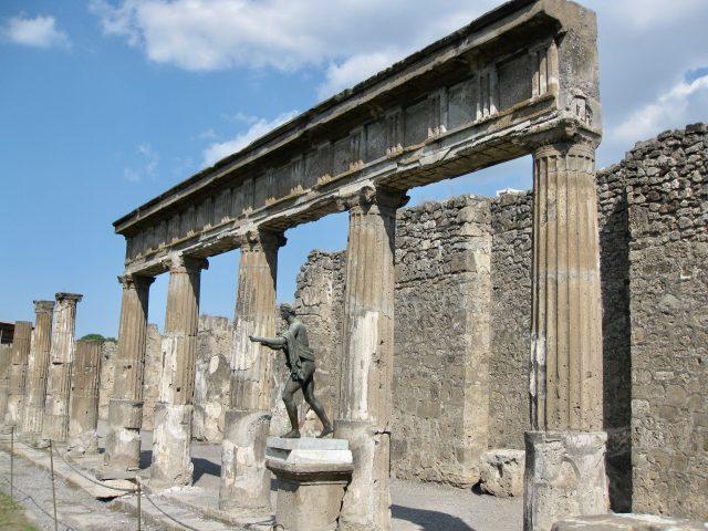 pompeii-columns-photo