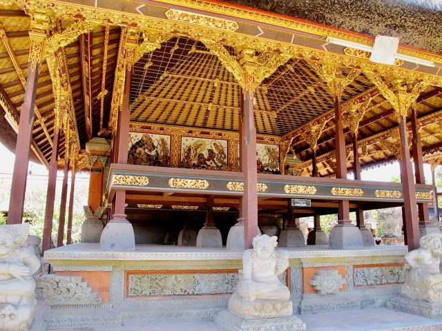 bali-wooden-temple-photo