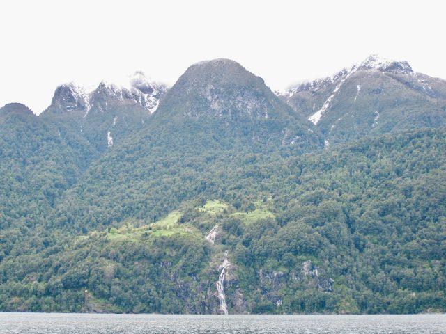 Spectacular-scenery-mountain-lake-photo