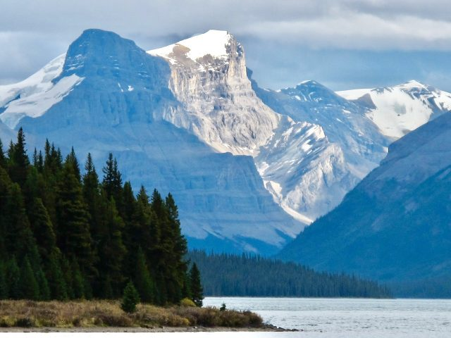 maligne-lake-mountains-photo