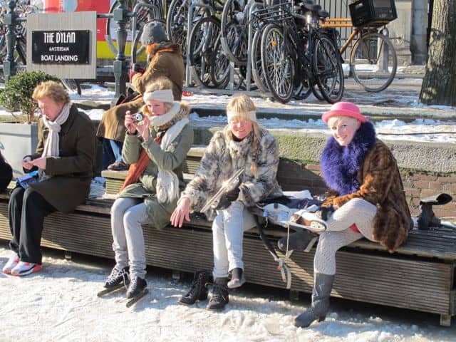 friends-ice-skates-amsterdam-canals-photo