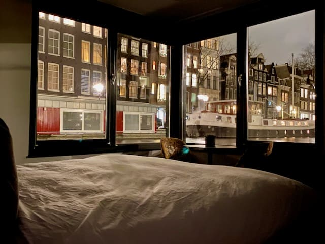canal-view-amsterdam-houseboat-bed-and-breakfast