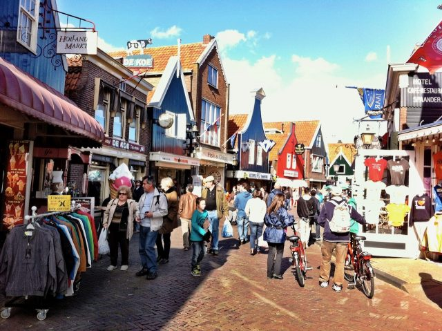 volendam-main-street-photo