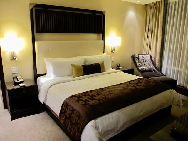 shangri-la-toronto-suite-bedroom-photo