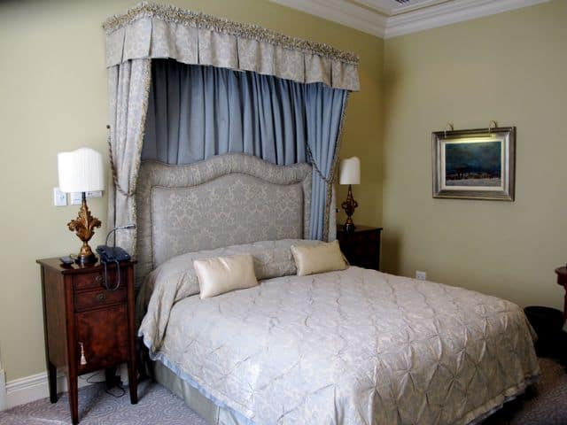 bedroom-suite-monarch-hotel-johannesburg-photo