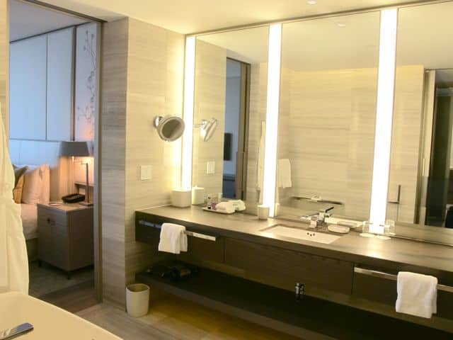 four-seasons-hotel-toronto-bathroom-photo