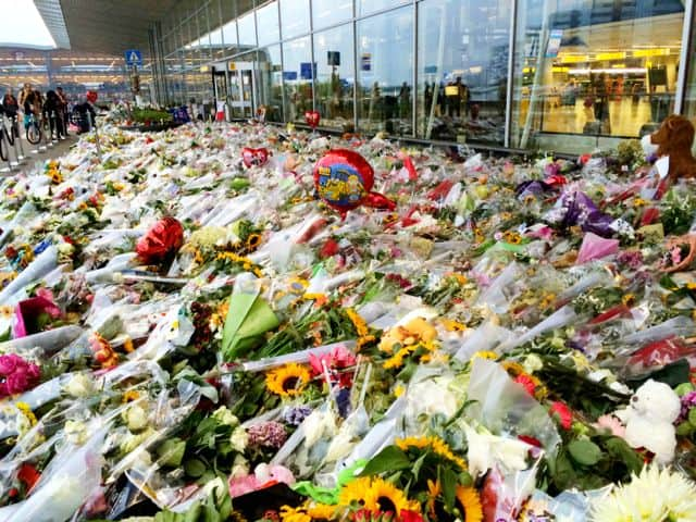 mh17-flowers-schiphol-photo