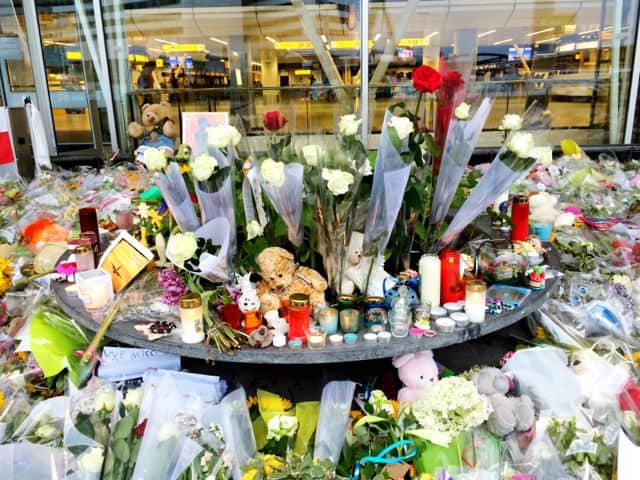 mh17-flowers-amsterdam-airport-photo