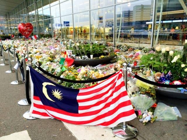 malaysian-flag-mh-17-amsterdam-airport-photo