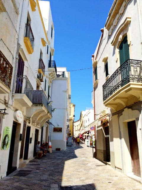 old-town-streets-gallipoli-puglia-photo