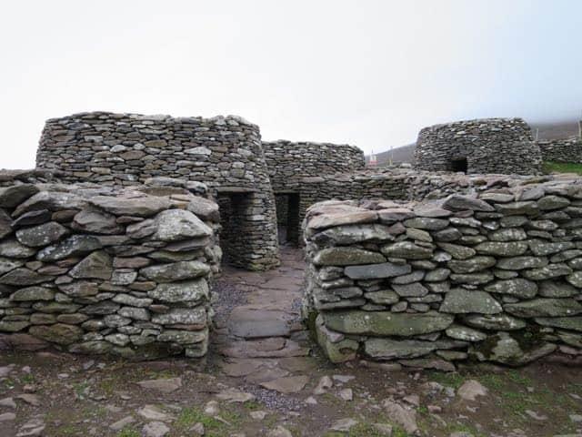 clochain-beehive-huts-dingle-photo