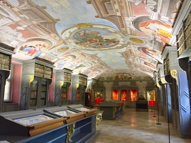 new-bishops-residence-library-passau-photo
