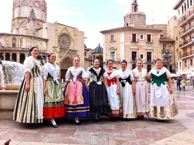 ladies-traditional-costumes-valencia-photos