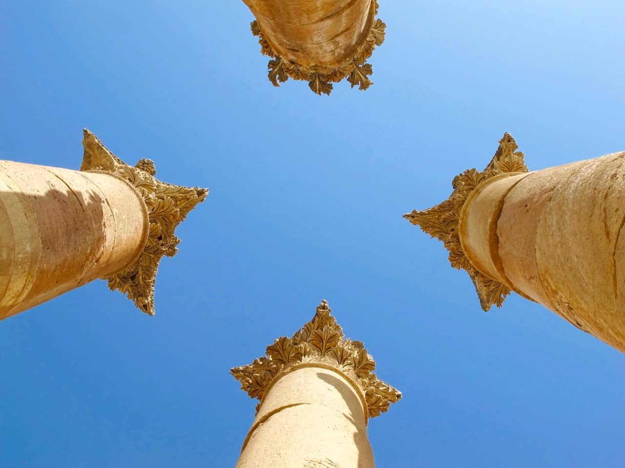 corinthian-columns-jerash-photo