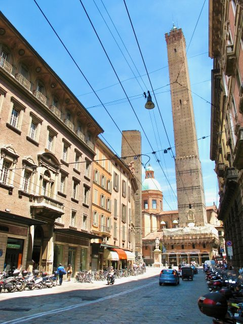 leaning-tower-bologna-italy-photo