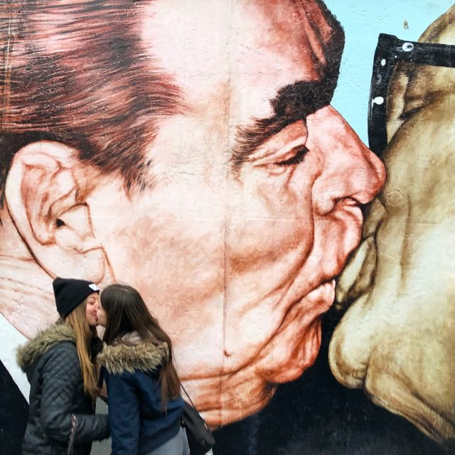 the-kiss-east-side-gallery-berlin-photo