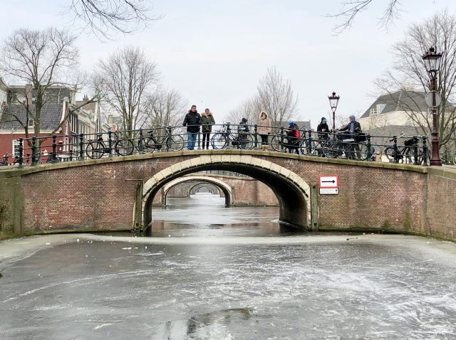 frozen-reguliersgracht-amsterdam-seven-bridges-photo
