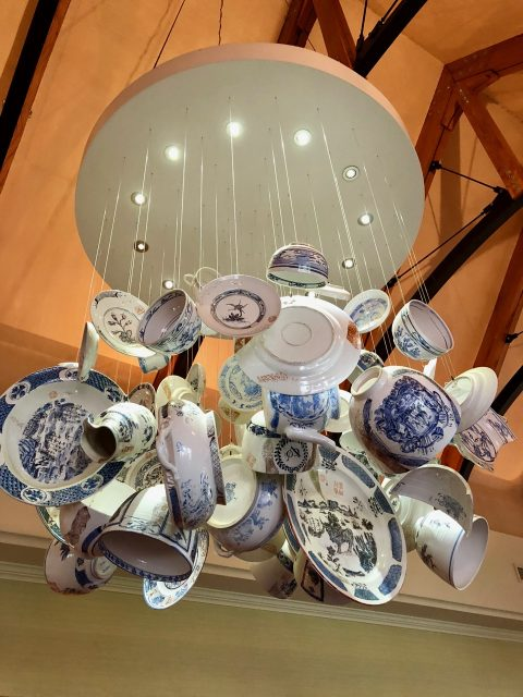 porcelain-chandelier-pierneef-la-motte-restaurant-photo