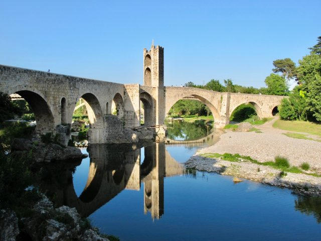besalu-bridge-fluvia-reflection-water-photo