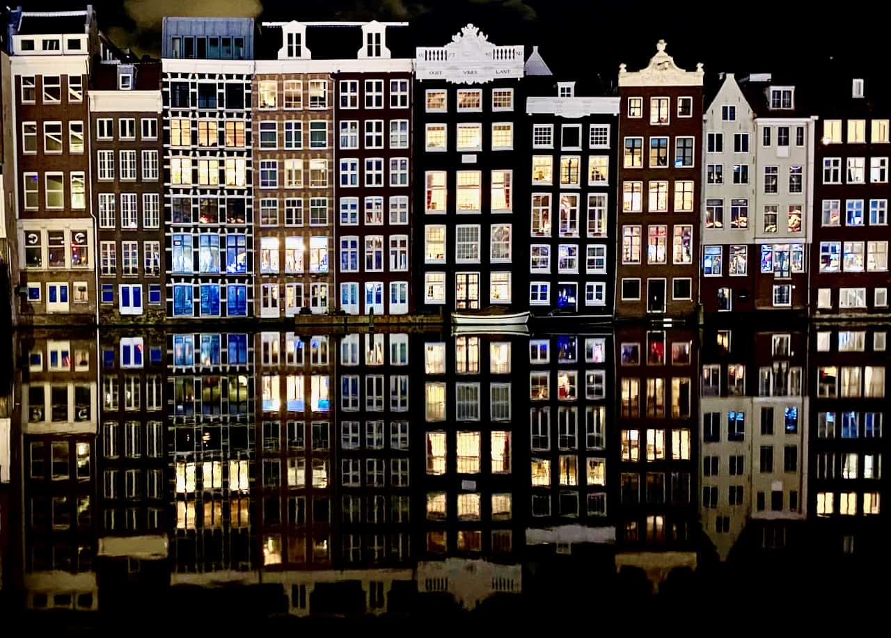 amsterdam-canal-houses-damrak-photo